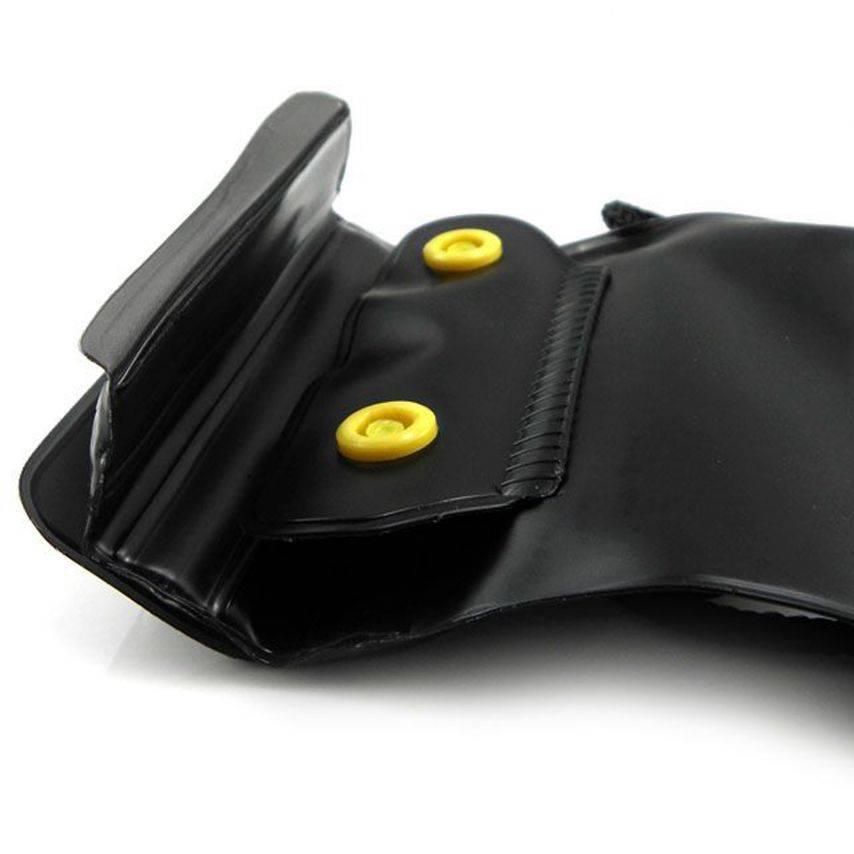 Vue portée de Housse étanche + prise écouteurs iPhone 3G / iPhone 4 / 4S Noir